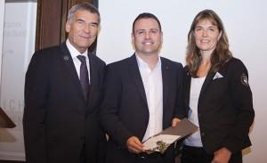 Auszeichnung DTB-Vereinstrainer des Jahres 2015; DTB-Präsident Ulrich Klaus (links) und DTB-Vizepräsidentin Dr. Eva-Maria Schneider (rechts)